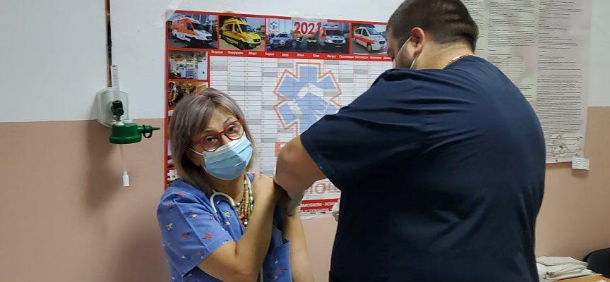 Д-р Пишмишева си постави трета доза ваксина срещу COVID-19, колеги я последваха