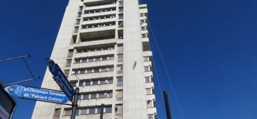 До 17 ч. днес: Ентусиасти катерят сградата на Община Пазарджик